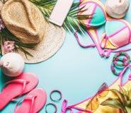 Рамка летнего отпуска Аксессуары пляжа: соломенная шляпа, листья ладони, стекла солнца, розовые темповые сальто сальто, бикини и  стоковые фото