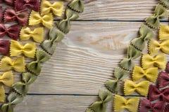 Рамка макаронных изделий бабочки на деревянной предпосылке Стоковые Изображения
