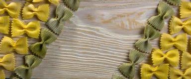 Рамка макаронных изделий бабочки на деревянной предпосылке Стоковое Изображение RF