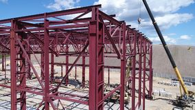 Рамка металла промышленного здания под конструкцией сток-видео
