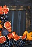 Рамка осени с доской мела, листьями, смоквами и виноградиной, космосом fo Стоковые Изображения RF