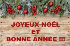 Рамка открытки рождества, ель с красными шариками яркого блеска и ягоды на грубой деревянной предпосылке для поздравительной откр иллюстрация вектора