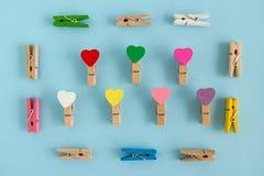 Рамка от деревянных красочных штырей с сердцами на голубой предпосылке, взгляд сверху Стоковое фото RF