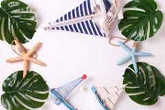 Рамка от тропических листьев и декоративных шлюпок на текстурированном whit Стоковая Фотография