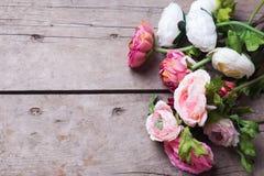 Рамка от цветков на постаретой деревянной предпосылке Стоковые Изображения