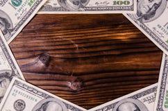 Рамка 100 долларов счетов на деревянном столе Взгляд сверху Стоковое Фото