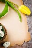 Рамка пасхи с желтыми тюльпаном и бумагой год сбора винограда Стоковая Фотография