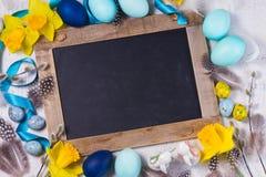Рамка пасхи с покрашенными яичками и цветками Стоковые Изображения RF