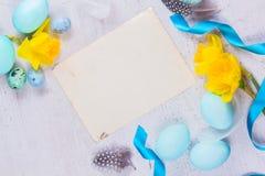 Рамка пасхи с покрашенными яичками и цветками Стоковая Фотография