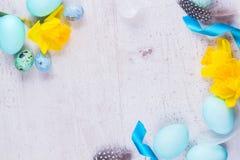Рамка пасхи с покрашенными яичками и цветками Стоковое Фото