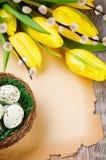 Рамка пасхи с тюльпанами и бумагой год сбора винограда Стоковые Изображения