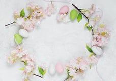 Рамка пасхи с цветками и пасхальными яйцами Стоковое фото RF