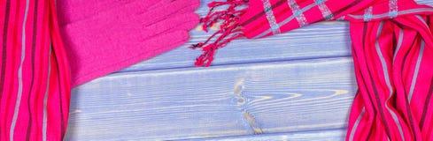 Рамка перчаток и шаль для женщины на старых досках, одежда на осень или зима, космос экземпляра для текста Стоковая Фотография
