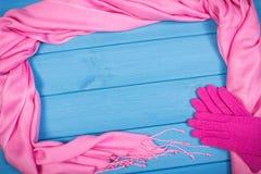 Рамка перчаток и шаль для женщины на досках, одежда на осень или зима, космос экземпляра для текста Стоковые Изображения RF