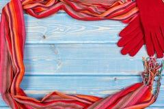 Рамка перчаток и шаль для женщины на досках, одежда на осень или зима, космос экземпляра для текста Стоковые Фото