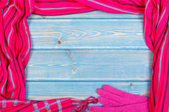 Рамка перчаток и шаль для женщины на старых досках, одежда на осень или зима, космос экземпляра для текста Стоковые Фотографии RF