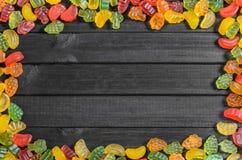 рамка помадок студня на деревянной предпосылке с открытым космосом для текста Стоковая Фотография