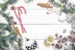 Рамка праздника рождества с тросточками конфеты, ветвями ели и chris Стоковая Фотография