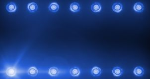 Рамка проблескивая сияющих голубых развлечений развлечений светов этапа, репроекторы фары в темной, голубой фаре мягкого света Стоковые Изображения RF