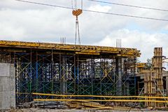 Рамка промышленного здания на городской строительной площадке Стоковое Изображение RF