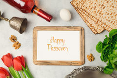 Рамка плиты, matzoh и фото seder концепции праздника еврейской пасхи на яркой предпосылке Стоковые Фото