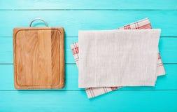 Рамка разделочной доски еды деревянных и скатерти кухни на голубой таблице Космос взгляд сверху и экземпляра Место для вашего тек Стоковое Изображение