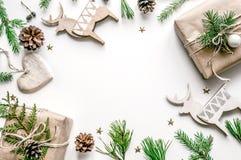 Рамка рождества ели разветвляет, игрушки рождества и конусы подготовка на Новый Год Предпосылка рождества для Стоковые Фотографии RF