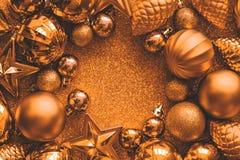 рамка рождества золотистая Шарики, звезды, конусы и сердца рождества на золотом сверкнают предпосылка Плоское положение стоковое изображение rf