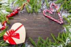 Рамка рождества или Нового Года для вашего проекта с космосом экземпляра Ели рождества в снеге с тросточками конфеты, красной лен Стоковое Изображение RF