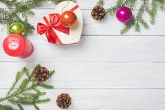 Рамка рождества или Нового Года для вашего проекта с космосом экземпляра Ели рождества внутри с конусами, красной свечой горения, Стоковая Фотография