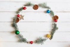 рамка рождества круглая Ель разветвляет, poinsettia рождества на деревянной белой предпосылке Плоское положение, взгляд сверху Стоковая Фотография RF