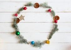 рамка рождества круглая Ель разветвляет, poinsettia рождества на деревянной белой предпосылке Плоское положение, взгляд сверху Стоковые Фотографии RF