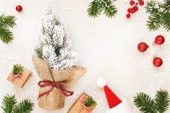 Рамка рождества подарков и ели на белой предпосылке Стоковое Фото