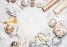 Рамка рождества сделанная от украшения рождества, шариков, звезд, бумаги kraft, атласа обхватывает Взгляд сверху, плоское положен Стоковые Изображения RF