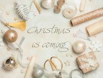 Рамка рождества сделанная от украшения рождества, шариков, звезд, бумаги kraft, атласа обхватывает Взгляд сверху, плоское положен Стоковое Изображение RF