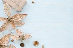 Рамка рождества с бронзовыми цветками и подарочной коробкой Стоковое Изображение