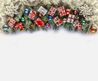 Рамка рождества с ветвями рождества и оформление рождества на белизне Стоковое Изображение RF
