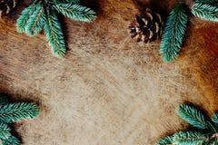 Рамка рождества с елью разветвляет на темной деревянной предпосылке CH стоковые фотографии rf