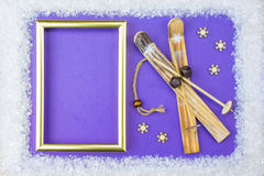 Рамка рождества состоит из белых приукрашиваний: снежинки, северный олень, лыжа и подарочные коробки на голубой предпосылке _ Стоковая Фотография