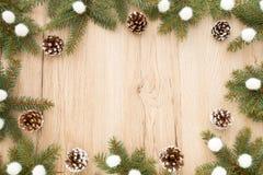 Рамка рождества с хворостинами ели и конусами сосны Стоковые Фото