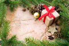 Рамка рождества украшенная с ветвями подарочной коробки и ели Стоковая Фотография