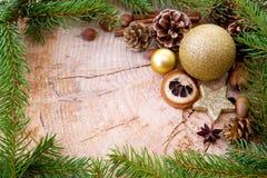Рамка рождества украшенная с золотыми ветвями безделушки и ели Стоковые Изображения