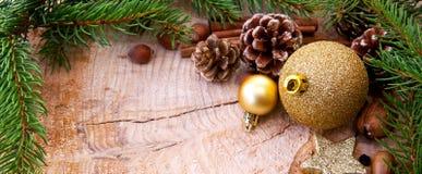 Рамка рождества украшенная с золотыми ветвями безделушки и ели Стоковая Фотография RF