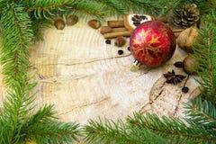 Рамка рождества украшенная с красными ветвями безделушки и ели Стоковое Фото