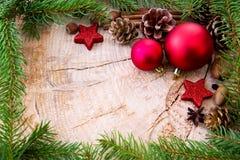 Рамка рождества украшенная с красными ветвями безделушки и ели Стоковое Изображение