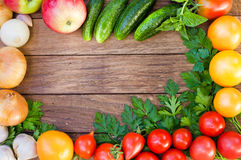 Рамка свежих овощей на деревянном столе Взгляд сверху, космос для Стоковая Фотография