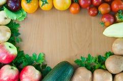Рамка свежих овощей на деревянном столе Взгляд сверху, космос для Стоковые Изображения RF