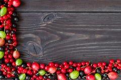 Рамка свежих ягод на деревянной предпосылке Стоковая Фотография RF