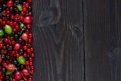Рамка свежих ягод на деревянной предпосылке Стоковое фото RF