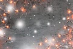 Рамка светов рождества на темной серой каменной предпосылке Стоковая Фотография